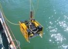 Спуск подводного телеуправляемого аппарата при осмотре объектов на дне